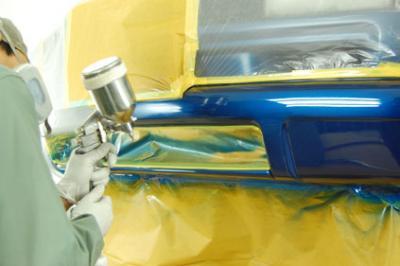 塗装ブース内での作業の様子